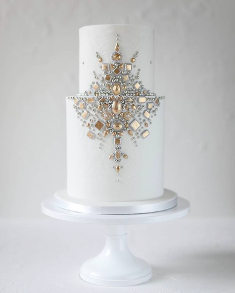 If You Haven T Noticed An Underlying Theme Yet Glamour And Decadence Are Making Their Way Back Into Wedding Cakes Just As The Sparkling Geodes Crafted